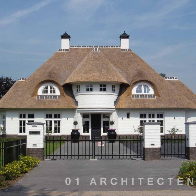 Witte brede villa met riet en rond accent