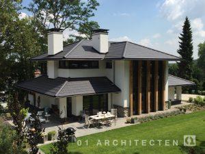 Frank Loyd Wright witte villa met pannen en meerdere schoorstenen te Nijmegen