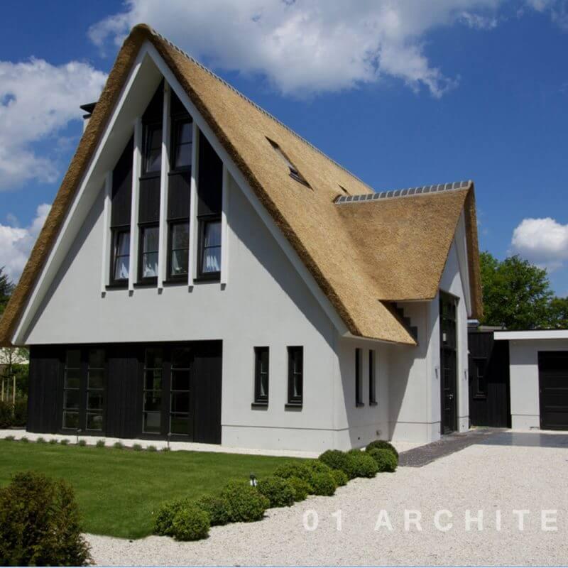 Rietgedekte villa met oversteek te Uchelen in Apeldoorn
