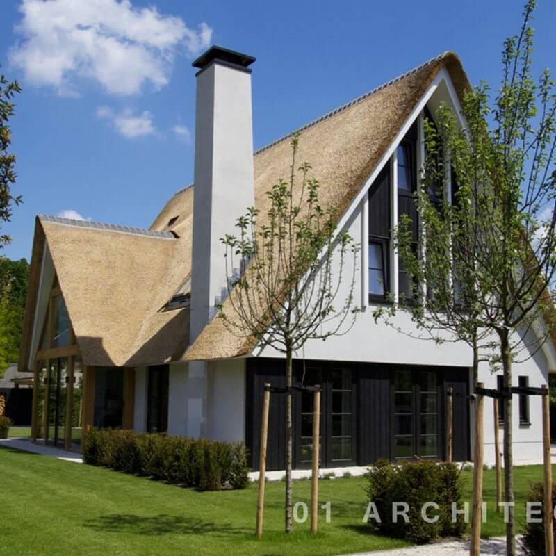 Rietgedekte villa met oversteek en eikenhouten accenten te Uchelen in Apeldoorn