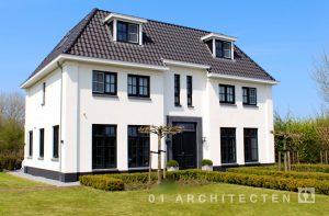 Statige klassieke witte villa met twee bouwlagen en een kap te Almere