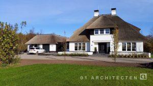 Witte rietgedekte villa met een symmetrische opzet dubbele garage te Overijssel