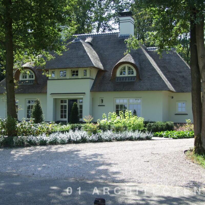 Witte rietgedekte woning in Beekbergen