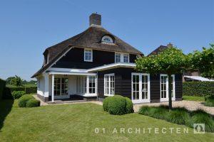 Zetten rietgedekte villa wit met roedes vrijstaand achterzijde nieuwbouw