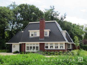 Brede jaren 30 villa met schoorsteen en dakkapel te Hellendoorn
