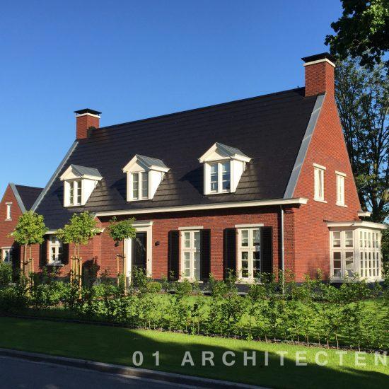 Klassiek vrijstaande woning met verspringende gootlijn en vlakke donkere dakpan