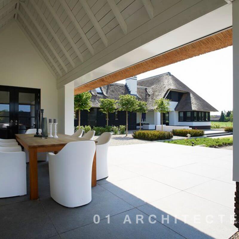 Villa in Gelderland met veranda, open kap, brede opzet, wit gestuct en riet gekapt