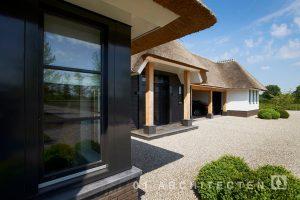 Vrijstaande villa Veluwe riet eikenhout naturel met zwarte kozijnen