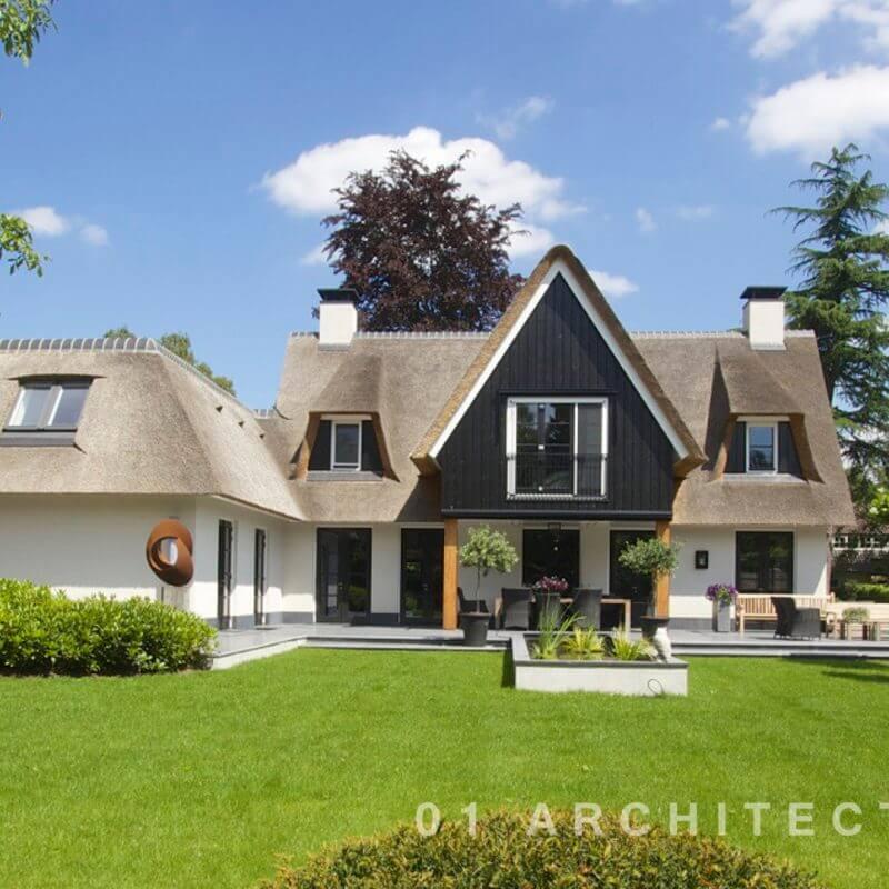 Witte villa met rieten kap en houten delen te Blaricum