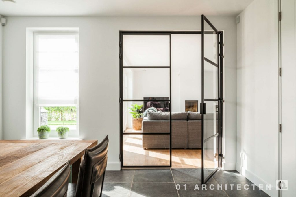Huis Donker Hout : Nieuwbouw woning met witte gevel en donker dak architecten