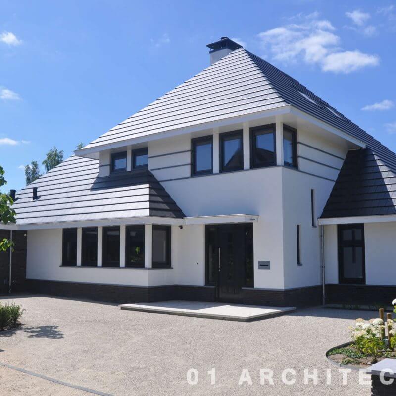 Witte villa zwarte kozijnen verspingende goothoogte