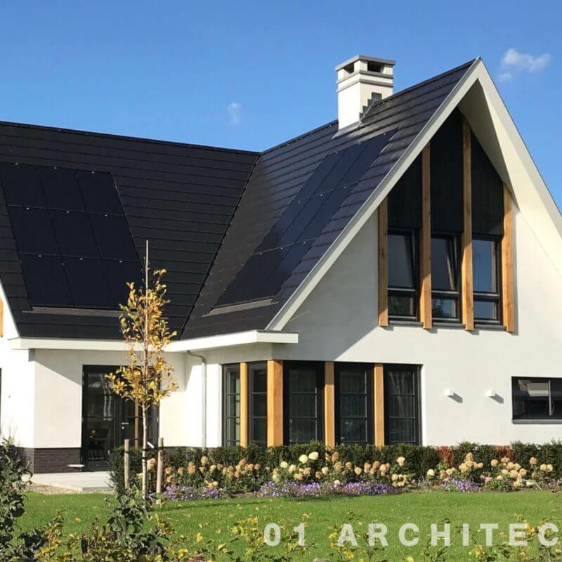 Nieuwbouw villa in Hellendoorn met wit stucwerk, eikenhouten balken en vlakke dakpannen