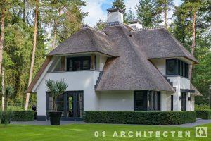speelse villa met riet, schoorsteen, stukwerk en eikenhout