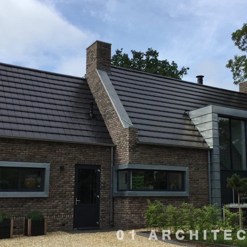 Nieuwbouw woning met vlakke dakpan en accenten in zink