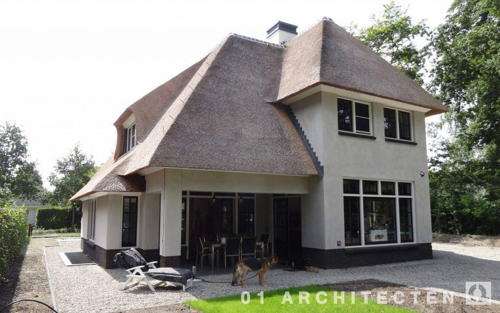 Nieuwbouw villa met rietgedekte kap te Veenendaal