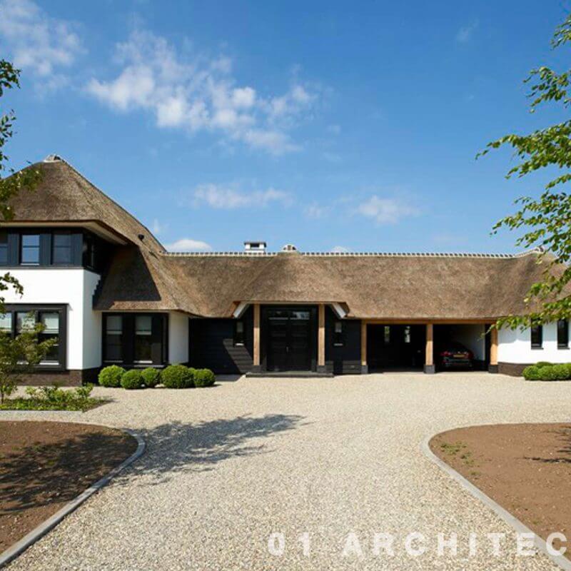 Nieuwbouw royaal rietgedekt landhuis met eikenhouten accenten op de Veluwe