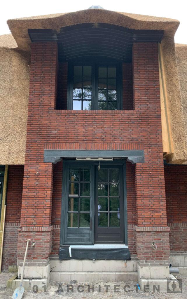 balkon met getoogd riet en natuursteen accenten