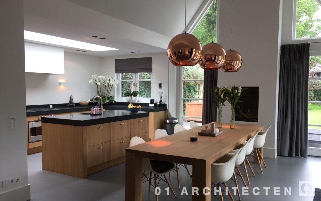 keuken met hoog plafond tot in de nok