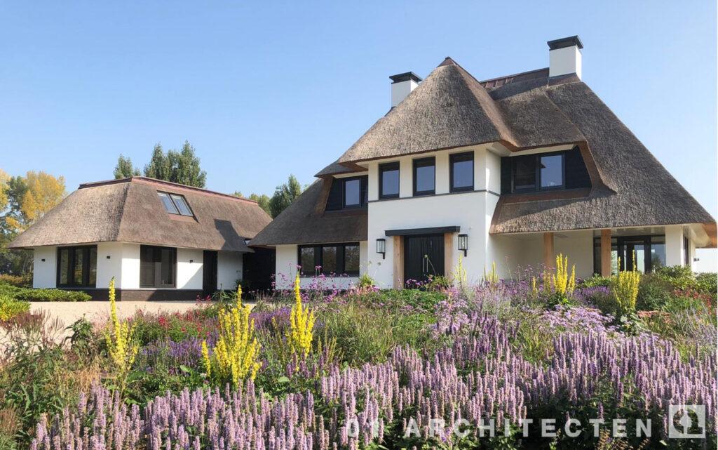 landhuis met riet en bijgebouw