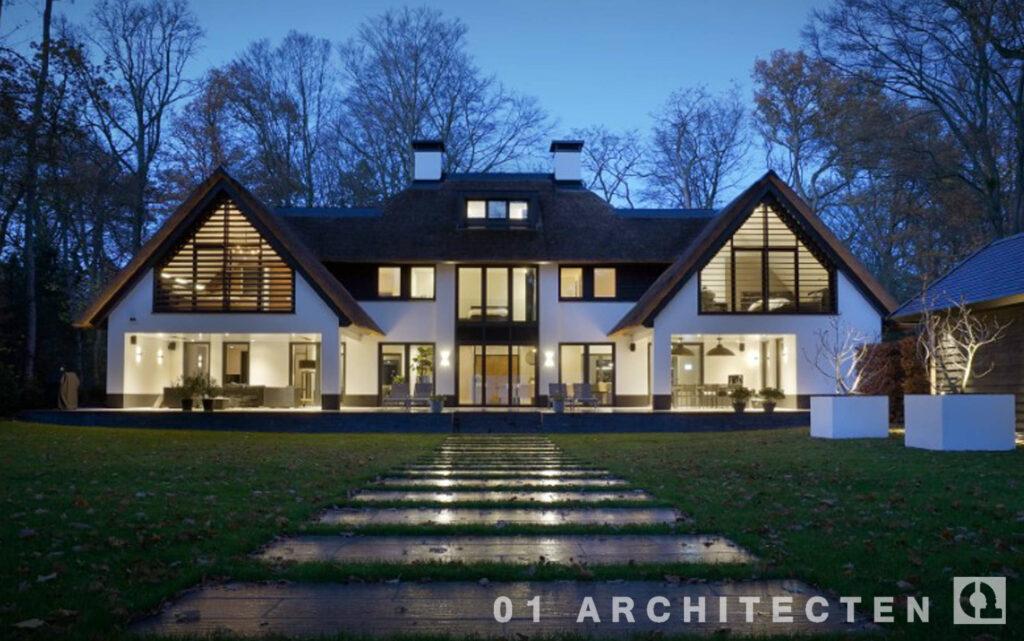 brede nieuwbouw villa met punten verspringende goothoogte riet