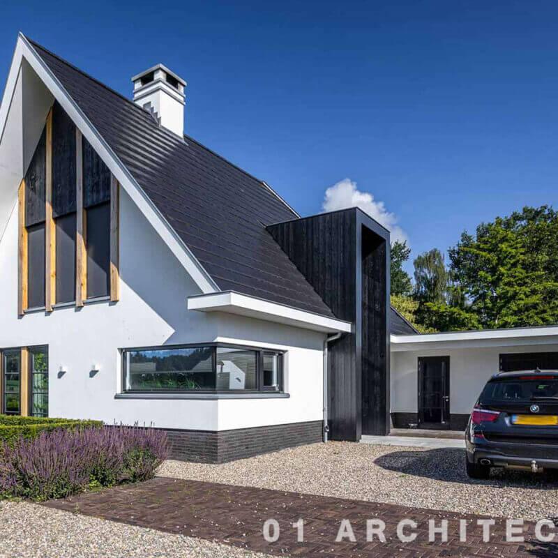 wit gestucte moderne nieuwbouw woning strakke entree eiken accenten houten kader voordeur