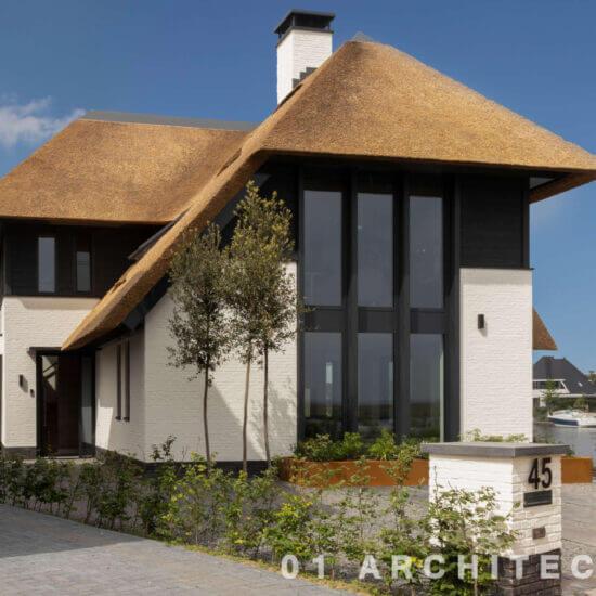 moderne rietgedekte nieuwbouw villa