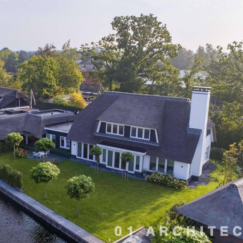 nieuwbouw villa met botenhuis aan het water riet Loosdrecht